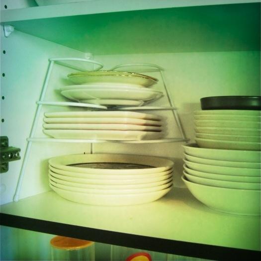 11 best home organising tips - plate stacker   Sacraparental.com
